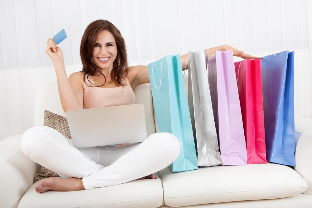 STUDIU: Romancele cheltuie peste 300 lei pe haine si accesorii in fiecare luna. Cum pot face economie?