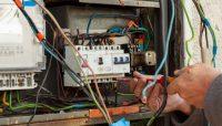 5 semne ca este momentul sa chemati un electrician autorizat