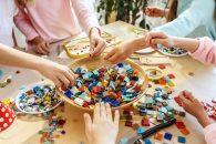De ce este important sa te joci cu copilul folosind jucarii educative