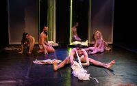 """Teatrul Apropo organizează un micro-turneu în țară cu spectacolul """"Dincolo de oglindă"""""""